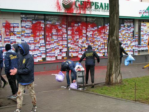 В Краматорске «Сбербанк» замуровали шлакоблоками