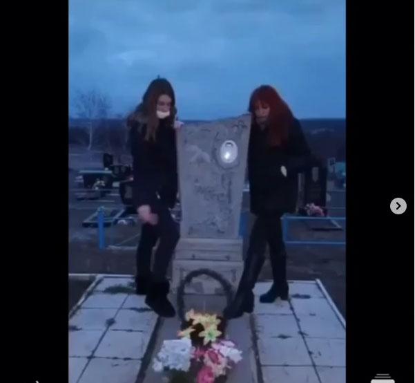 В Краматорске подростки устроили «фотосессию» на могиле, фото-1